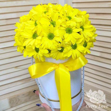 Желтые хризантемы в шляпной коробке