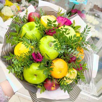 Букет из фруктов и кенийских роз