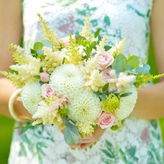 Букет невесты из георгин и кустовой розы