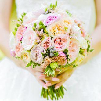 Букет невесты из пионовидных роз и фрезии