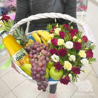 Розы, эустомы и фрукты в корзине