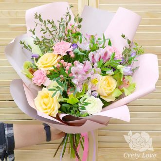 Букет из роз, орхидей и ранункулюса