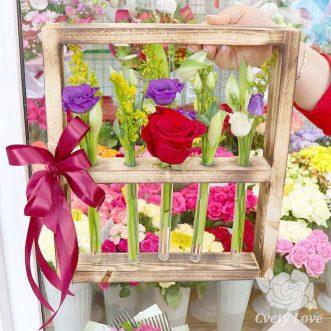 Роза, эустомы и тюльпаны в колбе