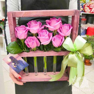 Розовые розы в колбе на подставке