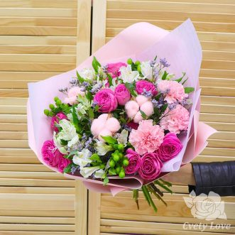 Букет из розовых роз, гвоздик и белой альстромерии