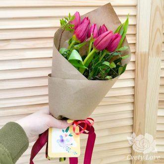 Букет из 7 красных тюльпанов и зелени