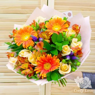 Букет из оранжевых гербер, альстромерий и белых роз