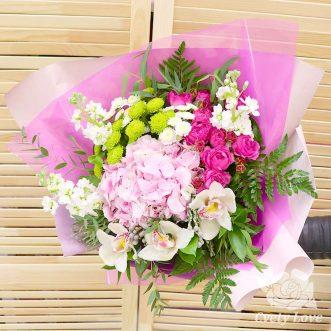 Букет из розовой гортензии, орхидей и маттиол