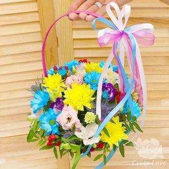 Кустовые хризантемы и эустомы в корзине