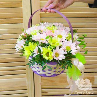 Кустовые хризантемы и писташ в корзине
