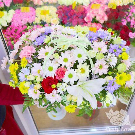 Кустовые хризантемы, розы и лилия в корзине