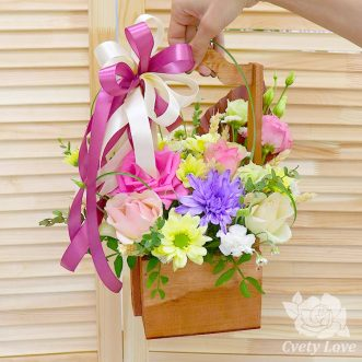 Розы, хризантемы и эустомы в ящике