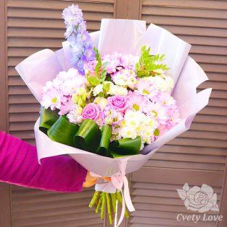 Букет из хризантем, роз и дельфиниума
