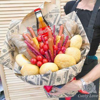 Букет из охотничьих колбасок, булочек и напитка