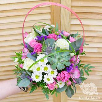 Розы, хризантемы и суккулент в корзине