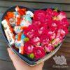 Kinder и кустовые розы в коробке в виде сердца