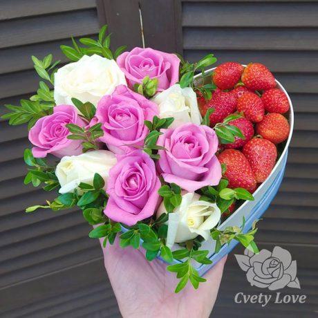 Клубника, розы и зелень в коробке в виде сердца