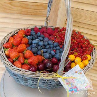 Летние ягоды в корзине