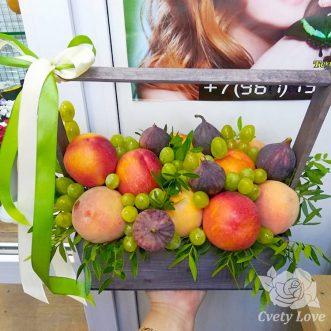 Персик и инжир в деревянном ящике