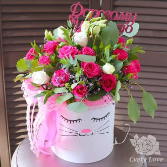 Розы и эустомы в шляпной коробке для учителя